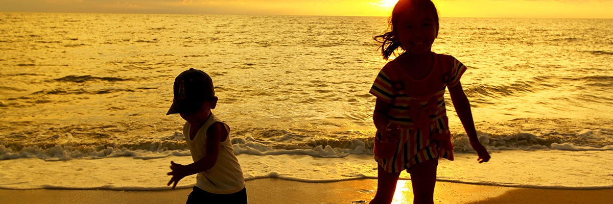 Crian?as brincando na praia ? by eric villarosa md 2011.