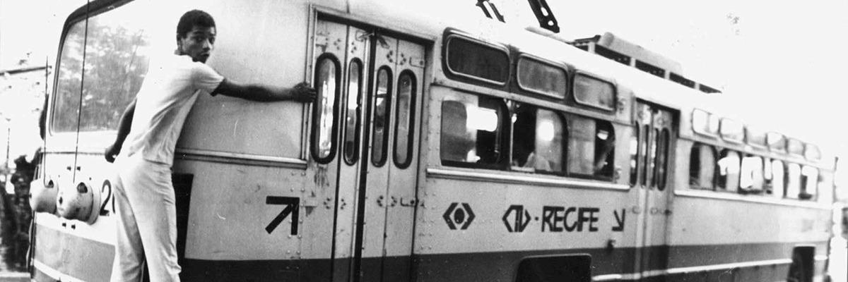 Adolescente amorcegando ônibus elétrico em Recife.
