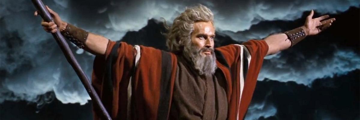 Moisés conduzindo o povo hebreu na travessia do deserto. (Charlton Heston em Os Dez Mandamentos).