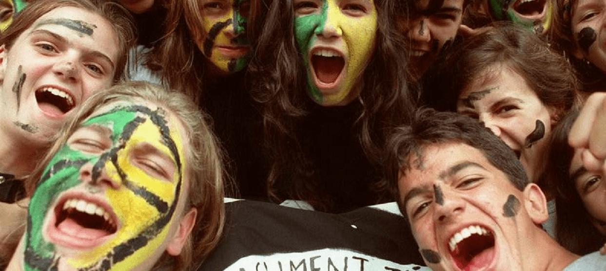 Jovens protestam contra o Governo Dilma e seu partido, o PT.
