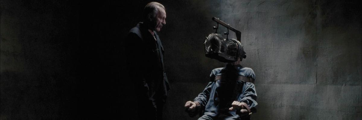 Richard Burton e John Hurt em 1984 – em uma sessão de tortura do Estado contra um cidadão, O objetivo era proteger o Estado apagando a memória do cidadão que insistia em não aceitar a ideologia do Estado.