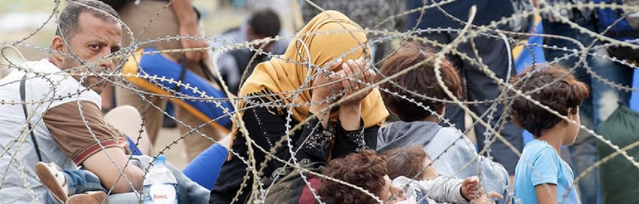 Mãe refugiada em desespero diante de um bloqueio de fronteira - Foto - ROBERT ATANASOVSKI/AFP/Getty Images