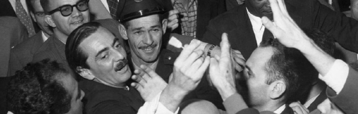 Na campanha eleitoral, a vassoura virou símbolo da limpeza que Jânio Quadros faria contra a corrupção e a imoralidade. Renunciou abrindo espaço para o Golpe Militar de 1964. – Foto Domício Pinheiro/17.09.1958/AEFoto: Domicio Pinheiro/AE Pasta: 5445