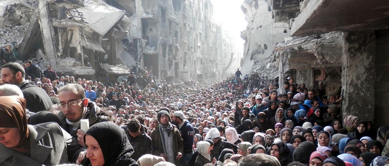 População Síria espremida nas ruínas, fugindo do horror da guerra.