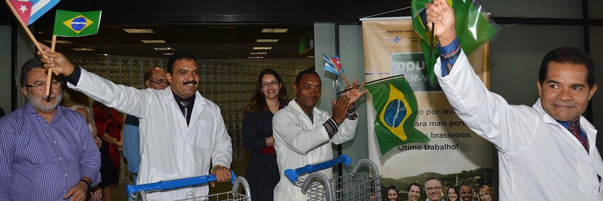 M?dicos cubanos desembarcam no Brasil.