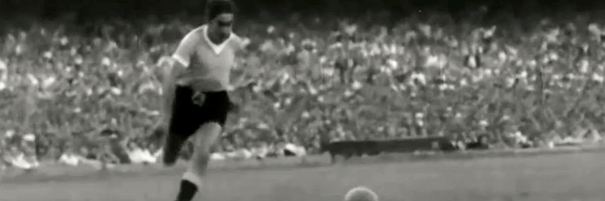 Ghiggia parte para fazer gol do t?tulo uruguaio em 1950 (Foto: Reprodu??o / SporTV)