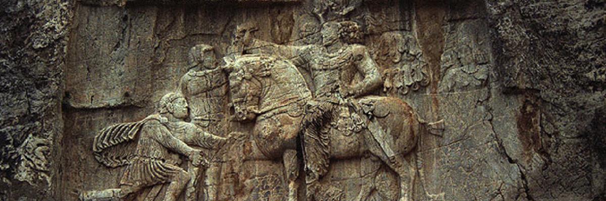 Triunfo de Shapur I, escultura rupestre - Antiga Pérsia.